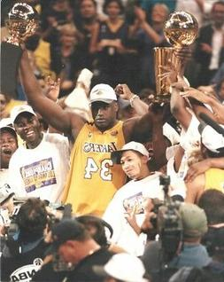 LOS ANGELES LAKERS PHOTO Shaquille O'Neal w/trophies 2000 NB